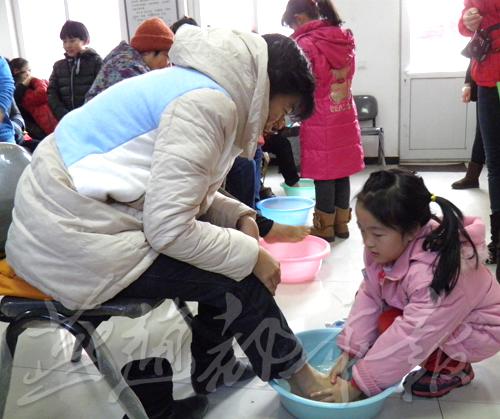 感恩父母 秦皇岛组织孩子为父母洗脚