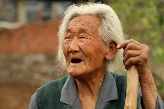 组图:秦皇岛94岁老母亲照顾病弱在床儿子几十年