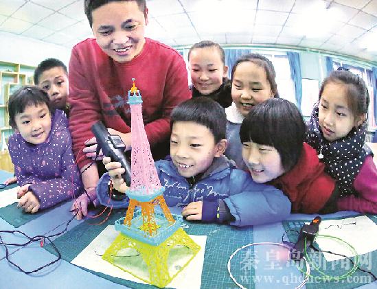 组织辖区小朋友来到海港区青少年活动中心,通过体验3d打印,3d画笔