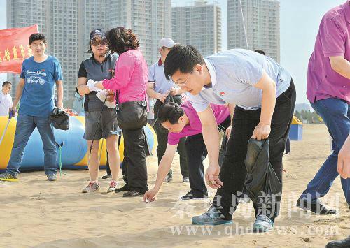 秦皇岛市领导沙滩捡拾垃圾庆祝党的生日(图)