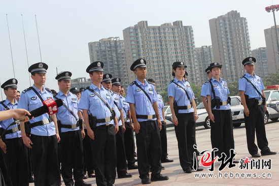 http://qhd.hebnews.cn/attachement/jpg/site2/20160713/78e3b5960d6b18f0412147.jpg /enpproperty-->    7月12日,秦皇岛市人民广场上,一支身着制服齐整的队伍吸引了市民们的注意,这是由秦市公安、市旅游警察支队、旅游监察支队、文化市场行政执法大队组建的一支旅游市场综合监管队伍,它也是河北以至中国北方第一个旅游警察支队。 简短成立仪式后,市区32名旅游警察出发到市内各景区开始执法,专职维护秦皇